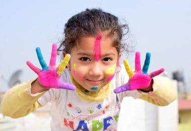 Nepal - Niña con manos pintadas